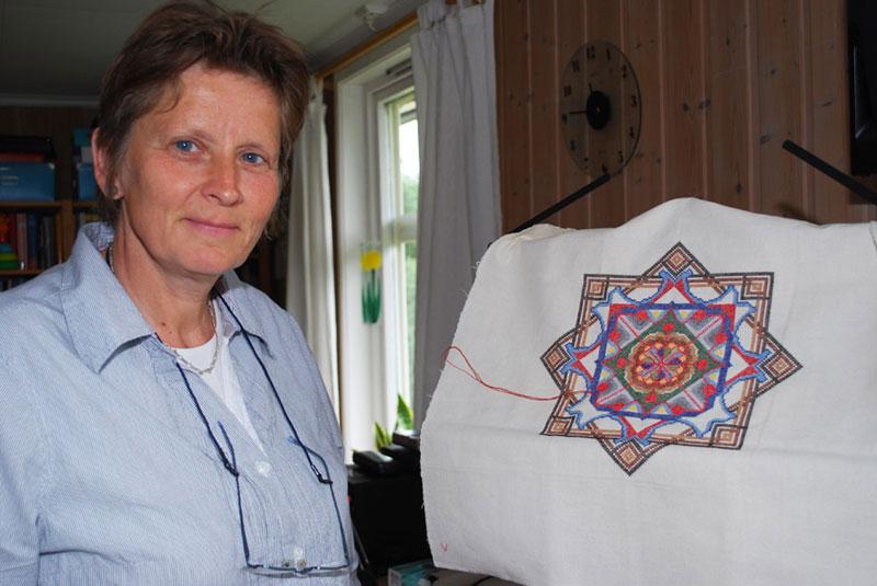 Nye kulturimpulser følger med migrasjonen. Hetty den Hertog har lært nordmenn om mandalabroderier. (Foto: Karen Bleken/OAM.)