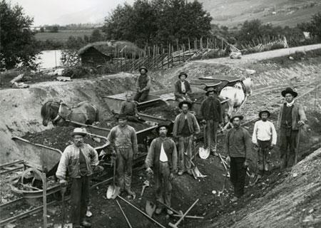 H.H. Kirketeigens arbeidslag under byggingen av jernbanen i Kvam 20/6-1896.